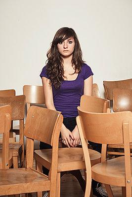 Melancholisches Mädchen zwischen den Stühlen  - p1525m2099168 von Hergen Schimpf