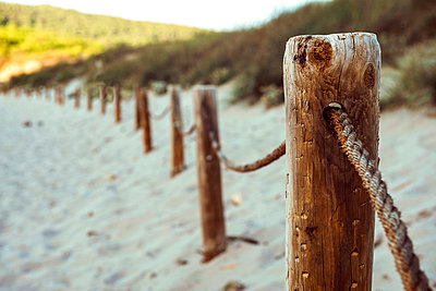 Spain, Balearic Islands, Menorca, Cala bay, fence on beach - p300m998618f by klublu