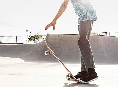 Hispanic man stepping on tail of skateboard - p555m1444128 by Kolostock