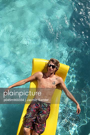 Chillen im Pool - p045m900334 von Jasmin Sander