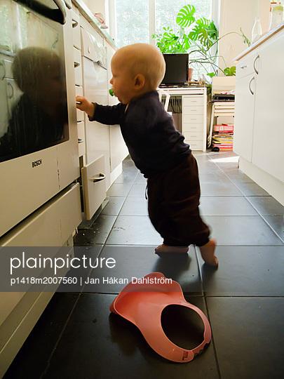 Kleines Kind in der Küche - p1418m2007560 von Jan Håkan Dahlström