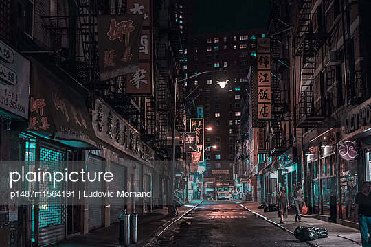 Chinese streets - p1487m1564191 by Ludovic Mornand