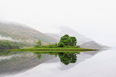 Great Britain, Scotland, Scottish Highlands, West Coast, View of small island in Loch Leven, morning fog - p300m1537390 by Fotofeeling