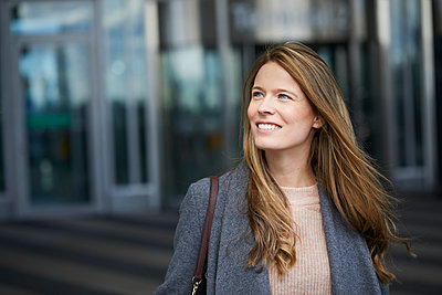 Portrait of confident businesswoman - p300m1581407 von Philipp Nemenz