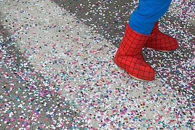 Confetti on the street - p564m777705 by Dona