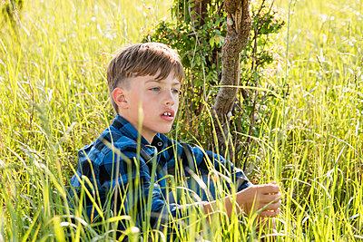 Junge in Natur - p796m2093096 von Andrea Gottowik