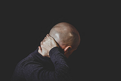 Bald man portrait - p445m1527815 by Marie Docher