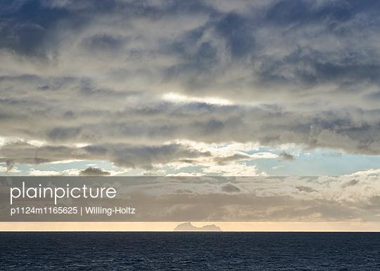 Insel und dunkle Wolken - p1124m1165625 von Willing-Holtz