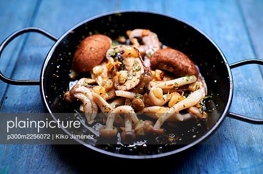 Pan of ready-to-eat cooked mushrooms - p300m2256072 by Kiko Jimenez