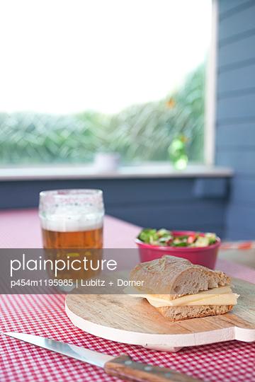 Supper in the garden - p454m1195985 by Lubitz + Dorner
