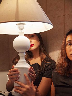 Zwei Frauen mit Lampe im Badezimmer - p1105m2133118 von Virginie Plauchut