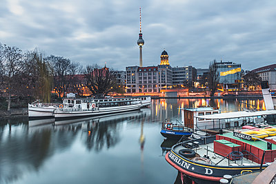 Germany, Berlin-Mitte, Historical harbour, Spree river in the evening, Berlin TV Tower in the background - p300m2082994 by Kerstin Bittner