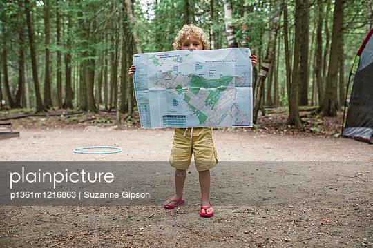 Kleiner Junge mit Landkarte - p1361m1216863 von Suzanne Gipson
