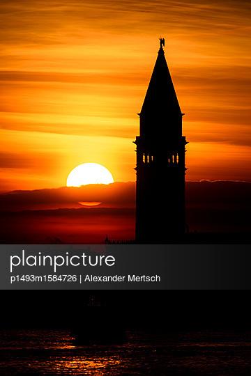 Sonnenuntergang hinter dem Campanile vom Markusplatz, Venedig - p1493m1584726 von Alexander Mertsch