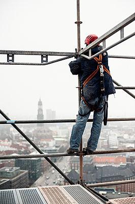 Gerüstbauer bei Einrüstung der St. Nikolai-Kirche, Hamburg IV - p1493m1584439 von Alexander Mertsch