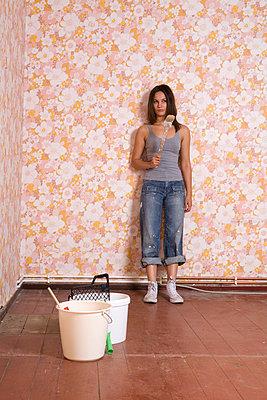 Woman renovating a flat - p2940772 by Paolo