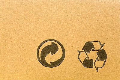 Zwei Recyclingsymbole auf Pappe - p4736811f von STOCK4B-RF