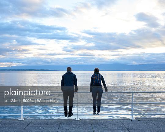 Paar blickt auf den Genfer See - p1124m1150094 von Willing-Holtz