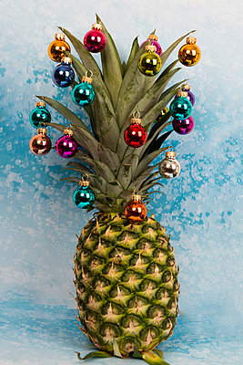 Pineapples as christmas tree with christmas balls - p451m2133734 by Anja Weber-Decker