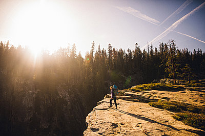 Woman hiking on top of mountain, Yosemite National Park, California, USA - p924m1180191 by Peter Amend