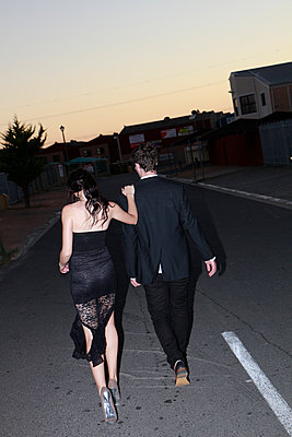 Young urban couple walking down deserted street at night - p967m925698 by Wessel Wessels