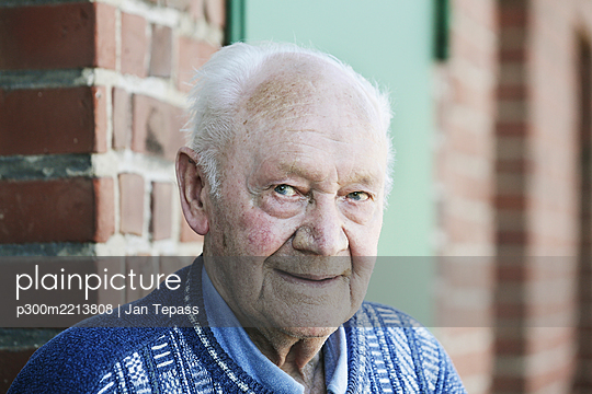 Germany, Portrait of senior man, smiling - p300m2213808 by Jan Tepass
