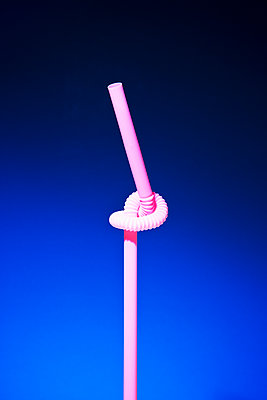 Knotted drinking straw made of plastic - p1149m2092453 by Yvonne Röder