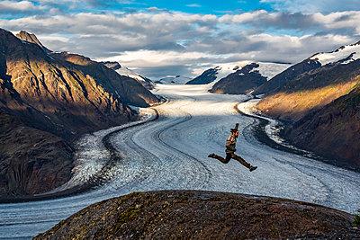 Mann am Salmon Glacier - p1455m2193334 von Ingmar Wein