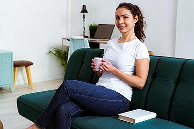 Woman in the living room - p300m2251937 von Giorgio Fochesato