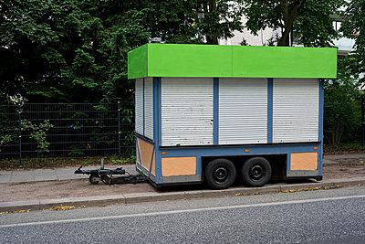 Anhänger mit Rolläden - p347m866443 von Georg Kühn