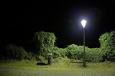 Nachts in Borghetto di Valeggio - p415m1057738 von Tanja Luther