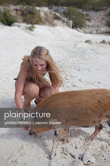 Frau am Strand mit wildem Schwein - p045m1589601 von Jasmin Sander