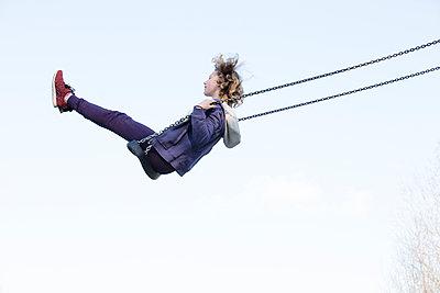 Mädchen auf Schaukel - in die Luft - p1212m1094474 von harry + lidy