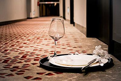 Empty tray on hotel corridor - p795m1461528 by JanJasperKlein