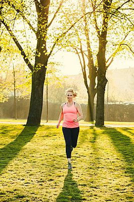 Sportliche Frau - p904m1031323 von Stefanie Päffgen