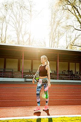 Sportliche Frau - p904m1031343 von Stefanie Päffgen