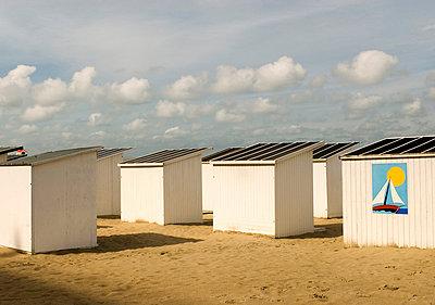 Badekabinen am Strand in Ostende - p982m658479 von Thomas Herrmann