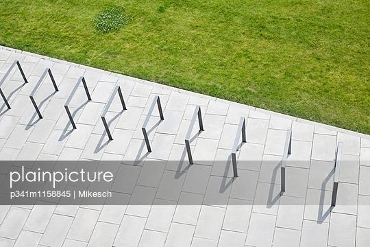 Fahrradstand - p341m1158845 von Mikesch