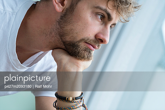 Young man, portrait - p427m2093180 by Ralf Mohr