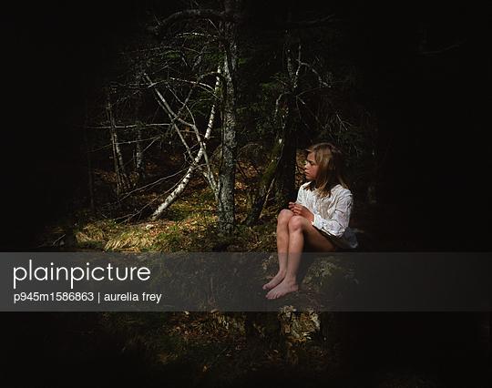 Mädchen im Wald bei Nacht - p945m1586863 von aurelia frey
