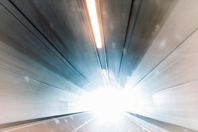 Tunnelausfahrt in gleißendes Licht - p1093m918002 von Sven Hagolani