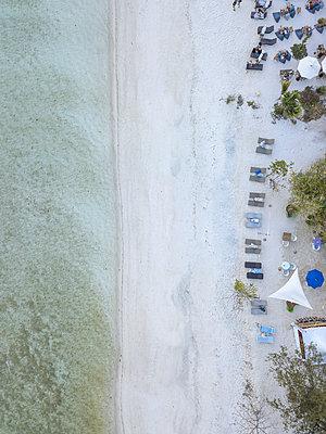 Sandy beach, Gilli Islands, aerial view - p1108m2128032 by trubavin