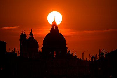 Sonnenuntergang hinter der Salute-Kirche, Venedig - p1493m1584702 von Alexander Mertsch