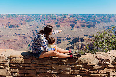 USA, Arizona, Grand Canyon National Park, Grand Canyon, mother and little daughter looking at view - p300m2024164 von Gemma Ferrando