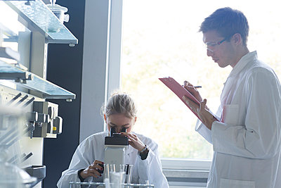 Young chemists working in a chemical laboratory - p300m979008f by Sigrid Gombert