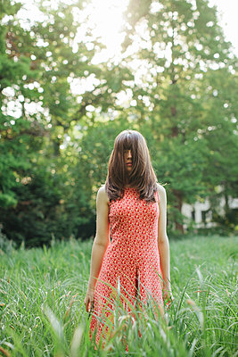 Young woman in the meadow - p586m1064991 by Kniel Synnatzschke