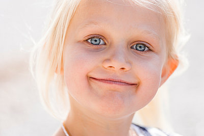 Funny little girl - p867m1031603 by Thomas Degen