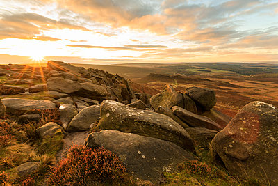 Higger Tor, Carl Wark Hill Fort and Hathersage Moor, sunrise in autumn, Peak District National Park, Derbyshire, England, United Kingdom, Europe - p871m1520646 by Eleanor Scriven