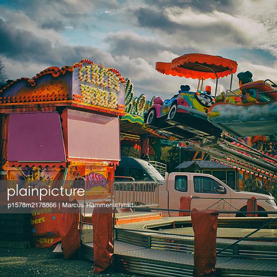 Karussell auf einem Jahrmarkt - p1578m2178866 von Marcus Hammerschmitt