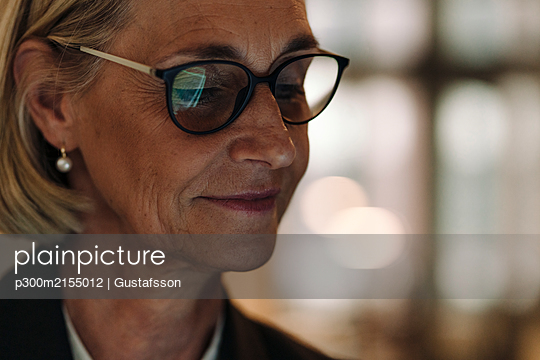 Portrait of mature businesswoman wearing glasses - p300m2155012 by Gustafsson